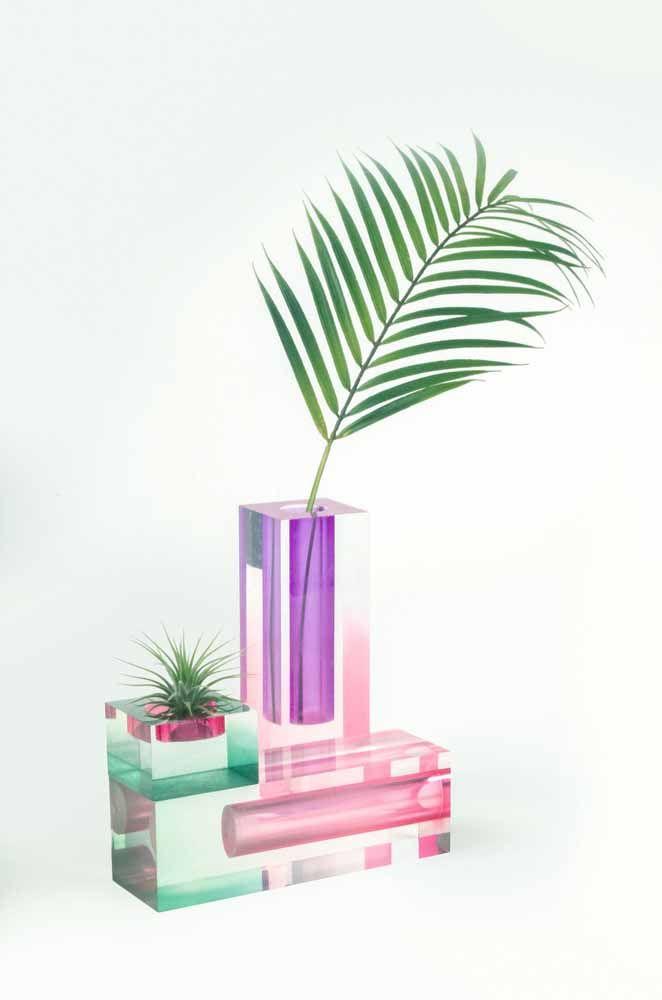 A folhinha de palmeira encontrou o repouso perfeito nesse vaso decorativo lilás