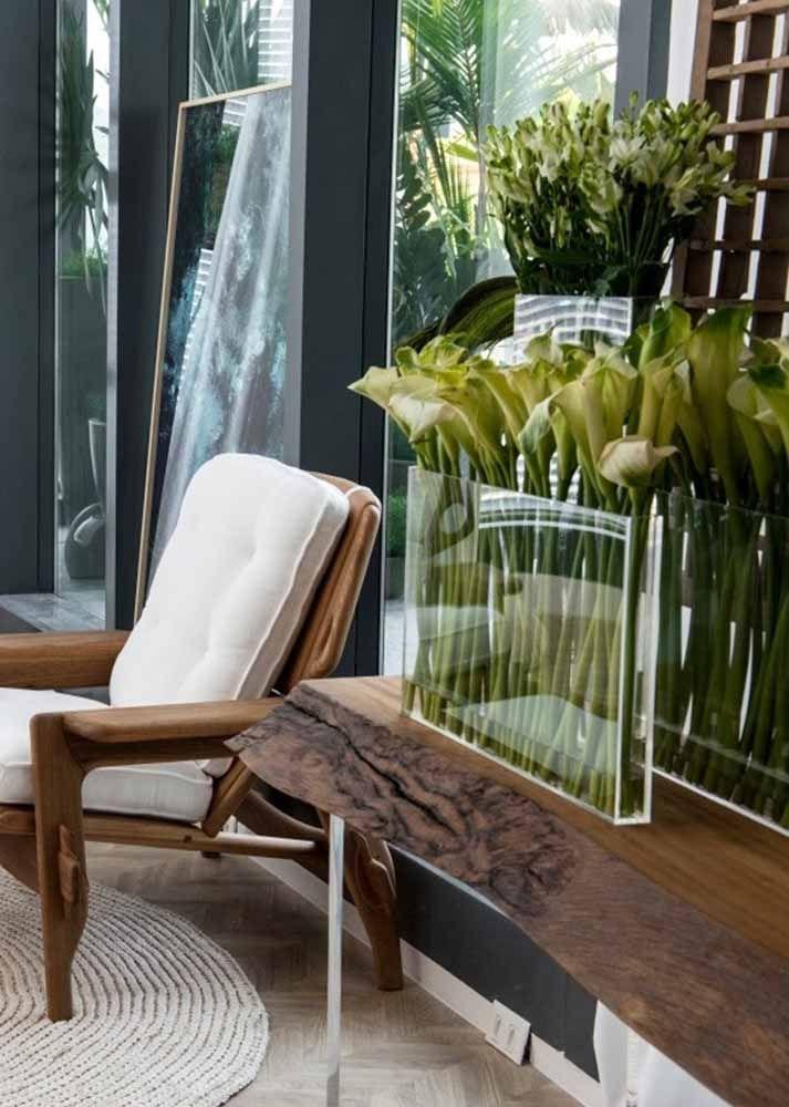 Para fugir do formato tradicional dos arranjos florais, opte por um vaso fino e retangular de vidro, como esse da imagem