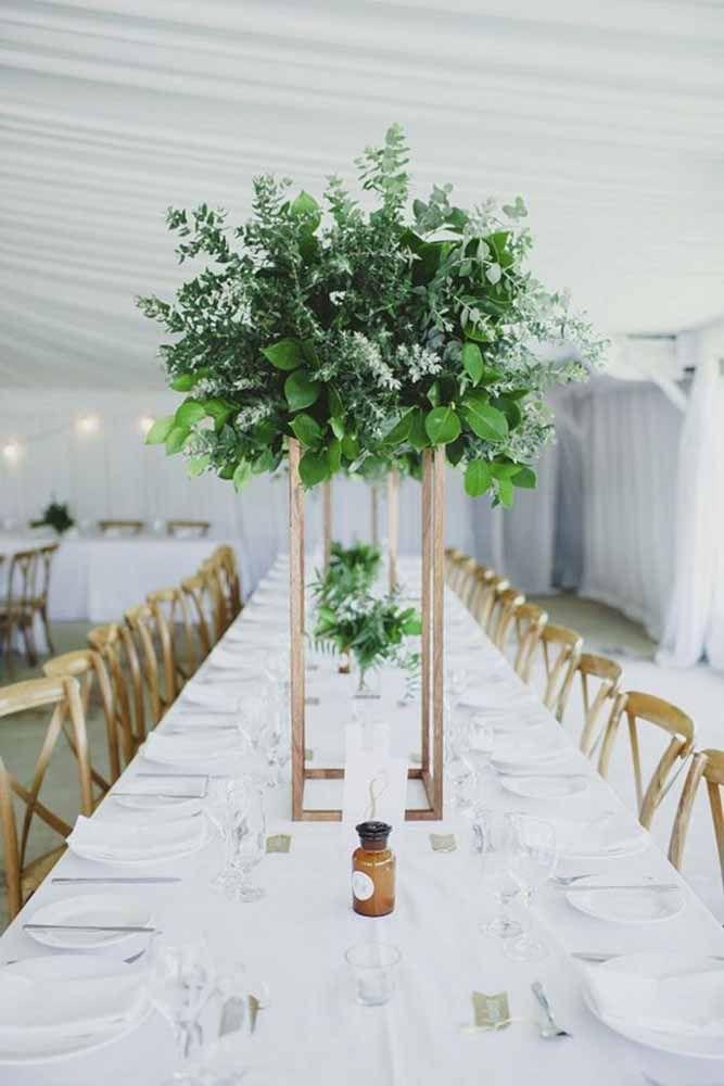 Para festas, o ideal é que os vasos sejam altos ou bem baixos para não atrapalhar a conversa entre os convidados