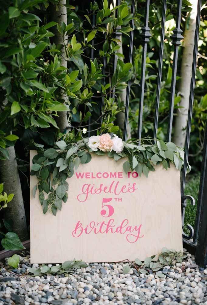Prepare uma placa simples para identificar a festa para os seus convidados