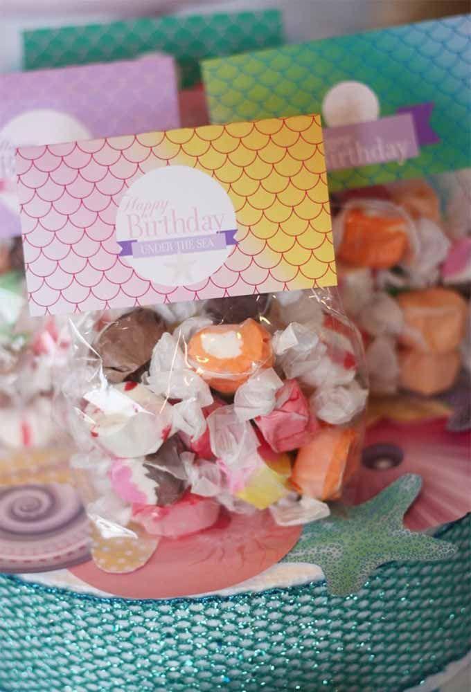 Ofereça balas de formatos e sabores diferentes como lembrancinha de aniversário