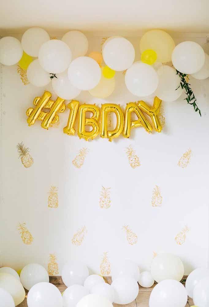 Nada melhor do que juntar balões comuns e personalizados para fazer uma decoração simples