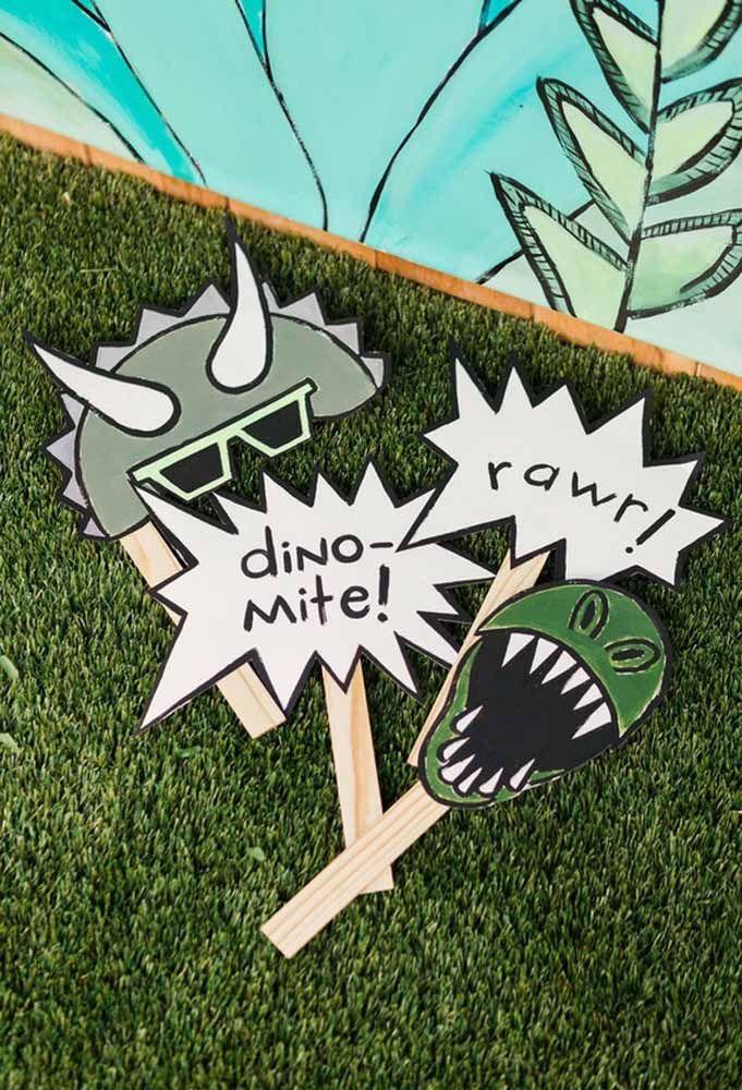 Para colocar as crianças no ritmo da festa, faça algumas placas de acordo com o tema