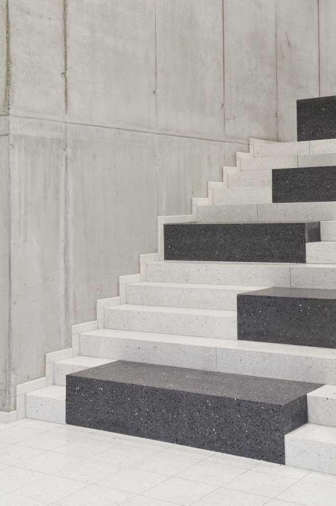 Escada de granito branca marcada pelo contraste dos degraus irregulares de granito preto