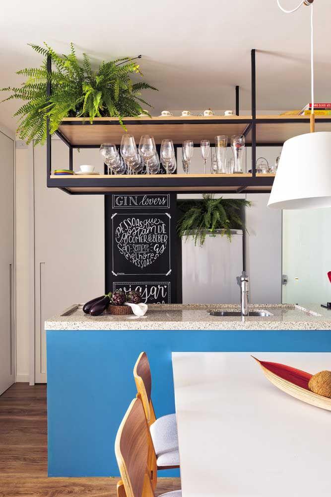 A cozinha moderna investiu no granito branco para a bancada da ilha central