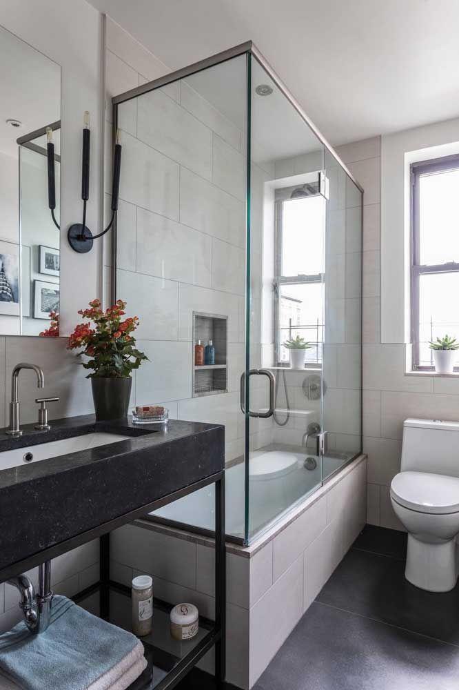 E no banheiro, uma bela pia de granito preto, seguindo a cor do piso
