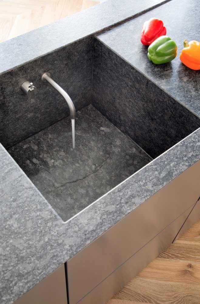 A torneira dentro da cuba completou a modernidade dessa proposta de bancada de granito
