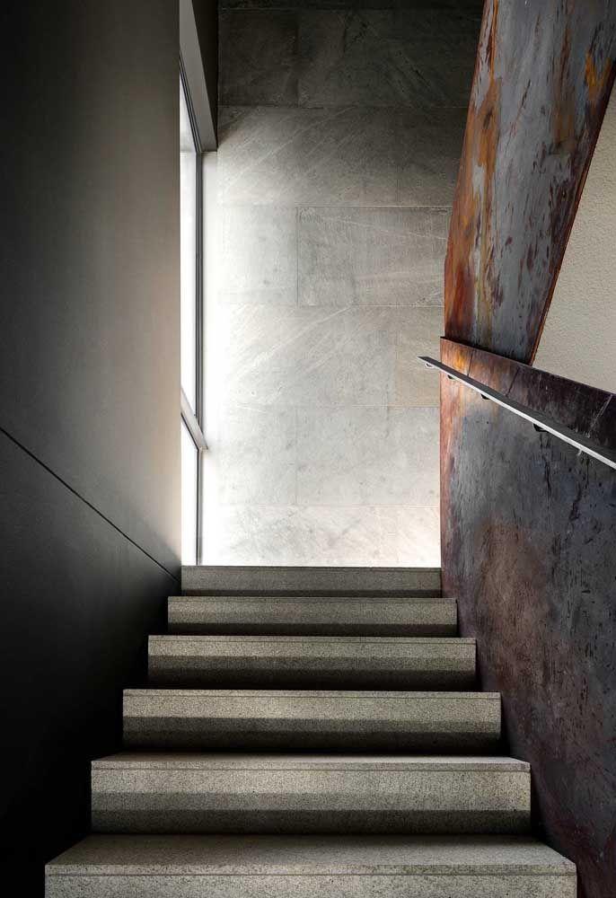 Escada de granito cinza: uma opção econômica e ainda assim muito estética