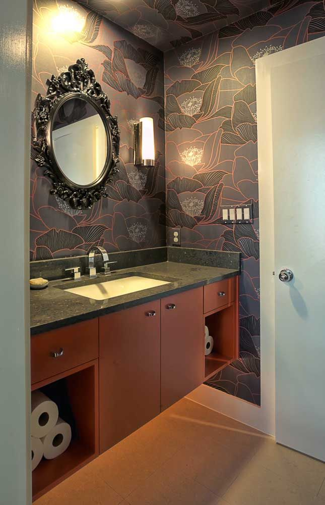 Banheiro com inspiração retrô e de toque refinado contou com a elegância do granito preto para compor a decor