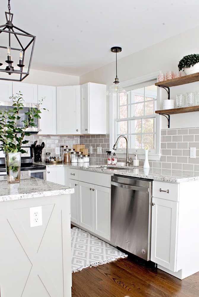 O granito branco com grãos pretos, como o Dallas ou Polar, fica perfeito em cozinhas brancas com detalhes em madeira