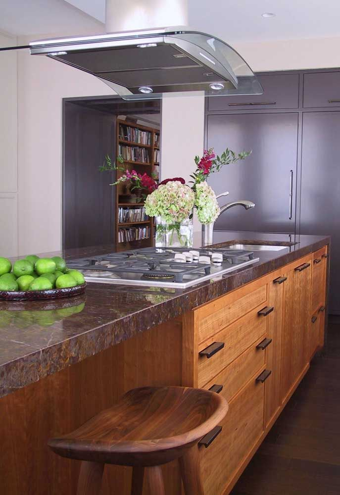 O granito marrom evidencia a beleza da madeira dos móveis
