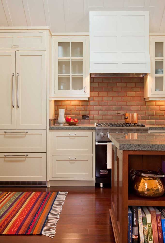 Já aqui nessa cozinha, o granito cinza traz neutralidade