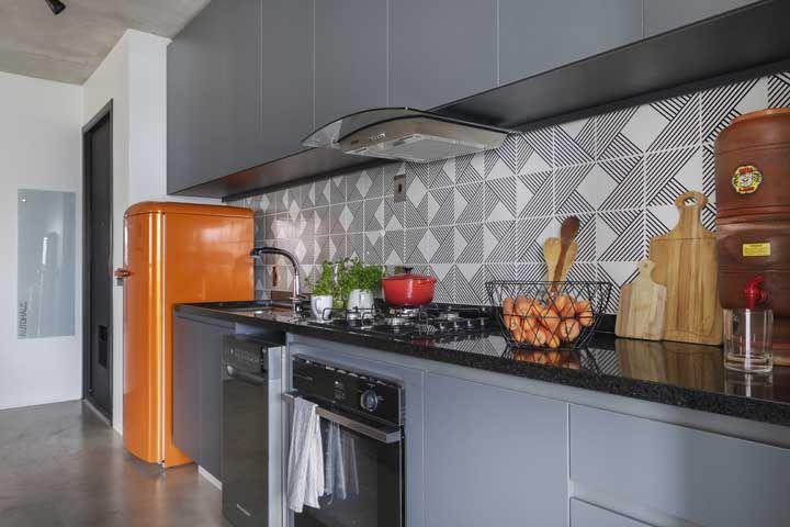 A proposta retrô dessa cozinha contou com granito preto para ficar ainda mais charmosa