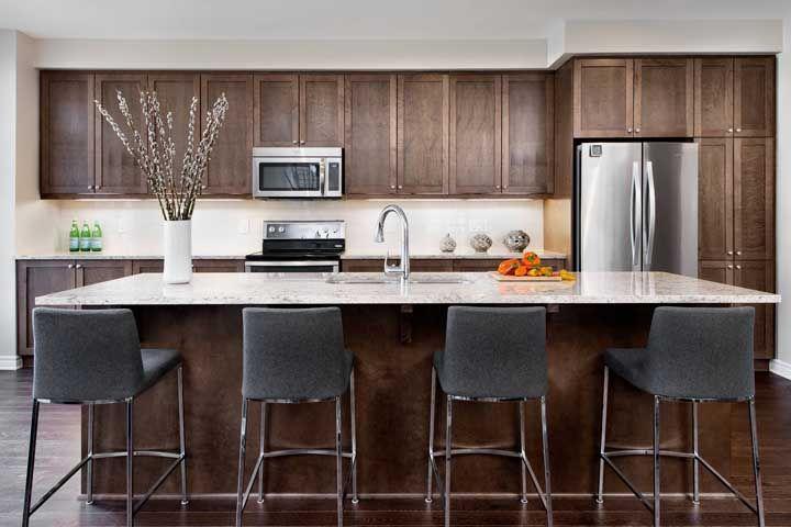 E quando todos os armários são de madeira, uma boa pedida é o granito branco para criar contraste no ambiente