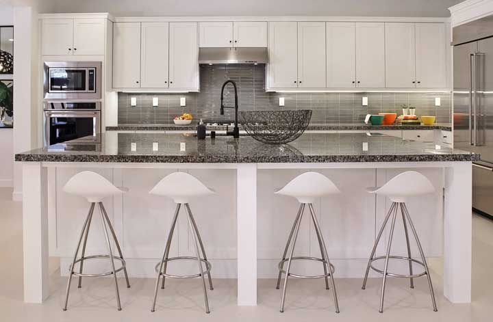 Já nessa outra cozinha as cores se invertem, o preto passa a ser a cor de fundo predominante no granito, enquanto os pontilhados são brancos