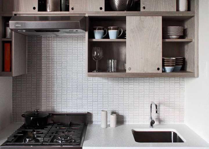 E a cozinha simples se saiu muito bem com a bancada de granito branco