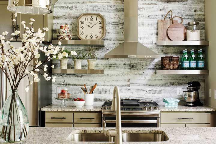 O granito amarelo completa a proposta rústica e acolhedora dessa cozinha