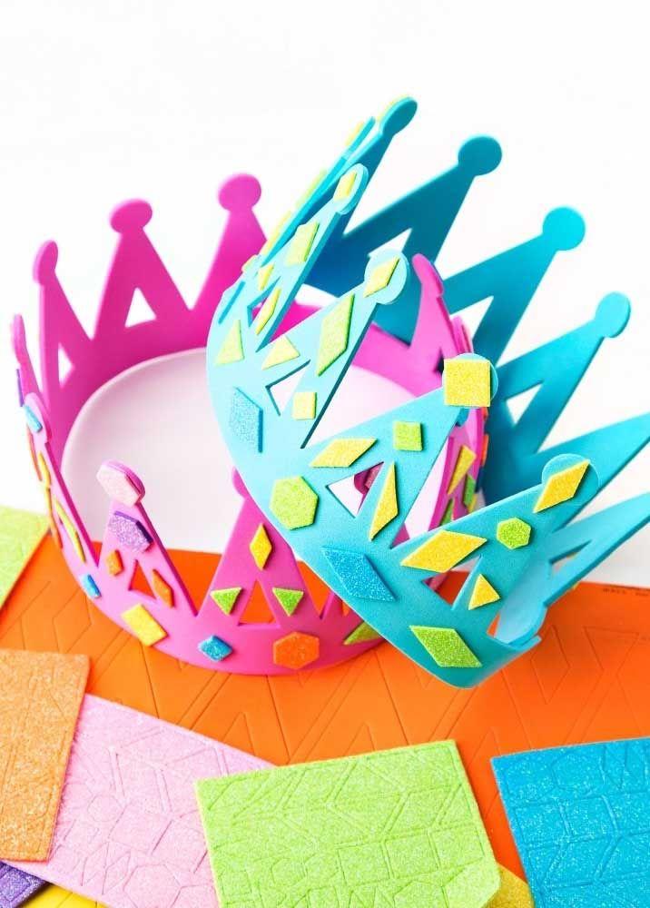 Coroas para os reis e rainhas, só que essas foram feitas de EVA