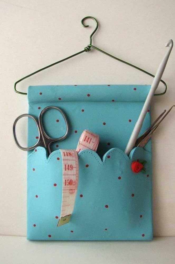 Essa ideia aqui é para as costureiras de plantão: deixe tudo organizado com um suporte de parede feito em EVA