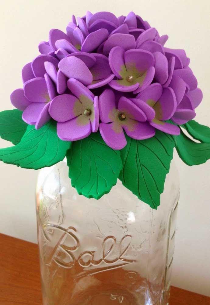 Vaso de violetas de EVA: dá ou não dá para deixar a casa mais bonita com um arranjo desses?