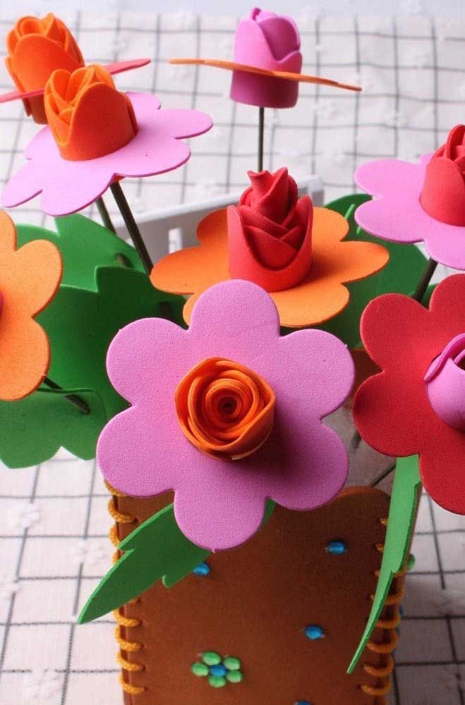 Tudo feito em EVA: as flores e o vaso