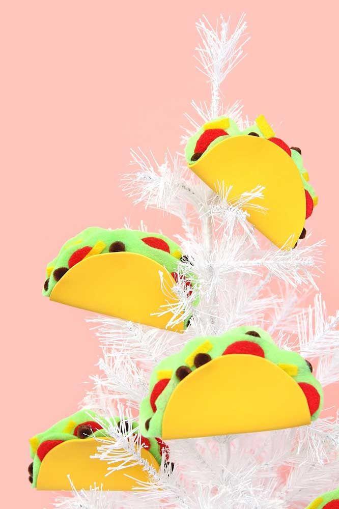 Uma composição inusitada e pra lá de criativa: árvore de natal decorada com tacos mexicanos feitos de EVA