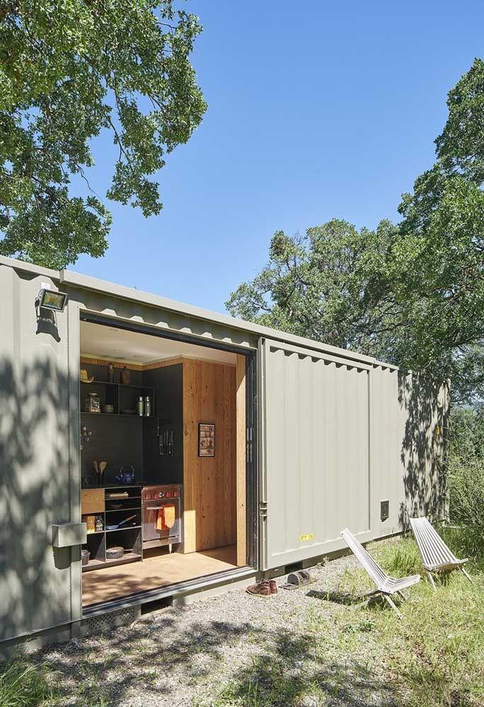 Que tal cozinhar de frente para o parque? Na casa container, dependendo da localização, é possível deixar a porta aberta.