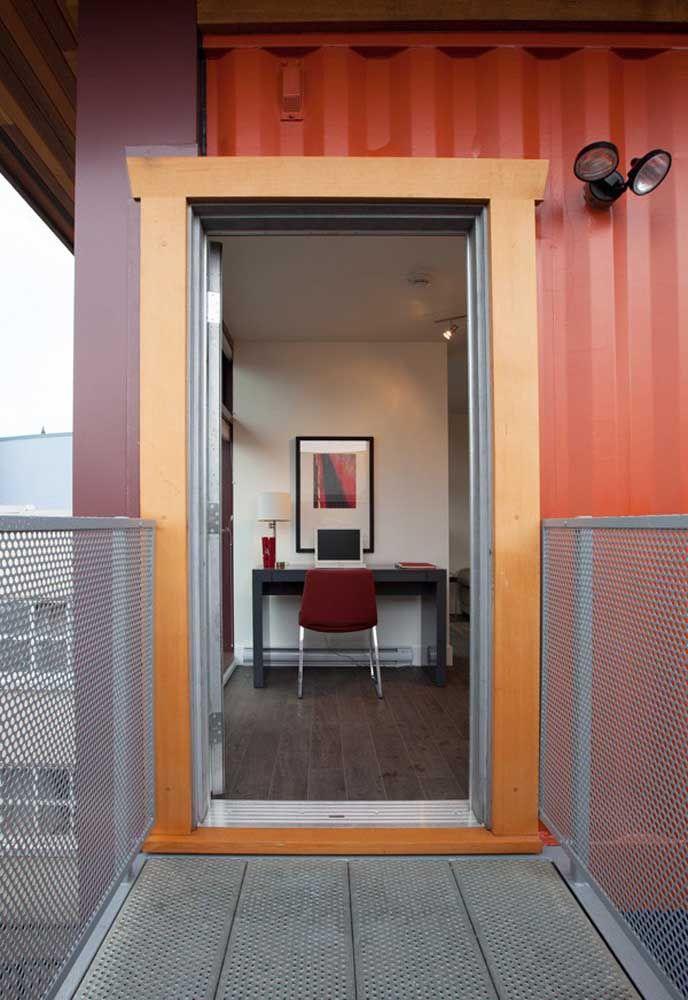 Como é o caso dessa porta feita de madeira em um corredor feito de alumínio. Uma mistura totalmente eclética.