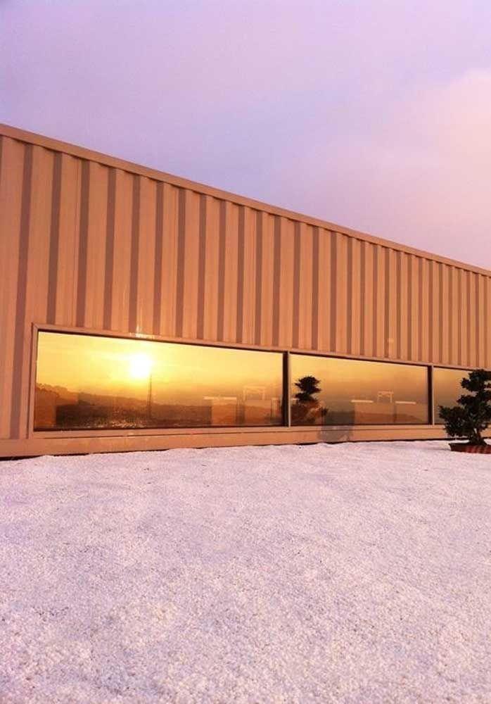Para deixar a casa container mais moderno, nada melhor do que usar janelas de vidro.