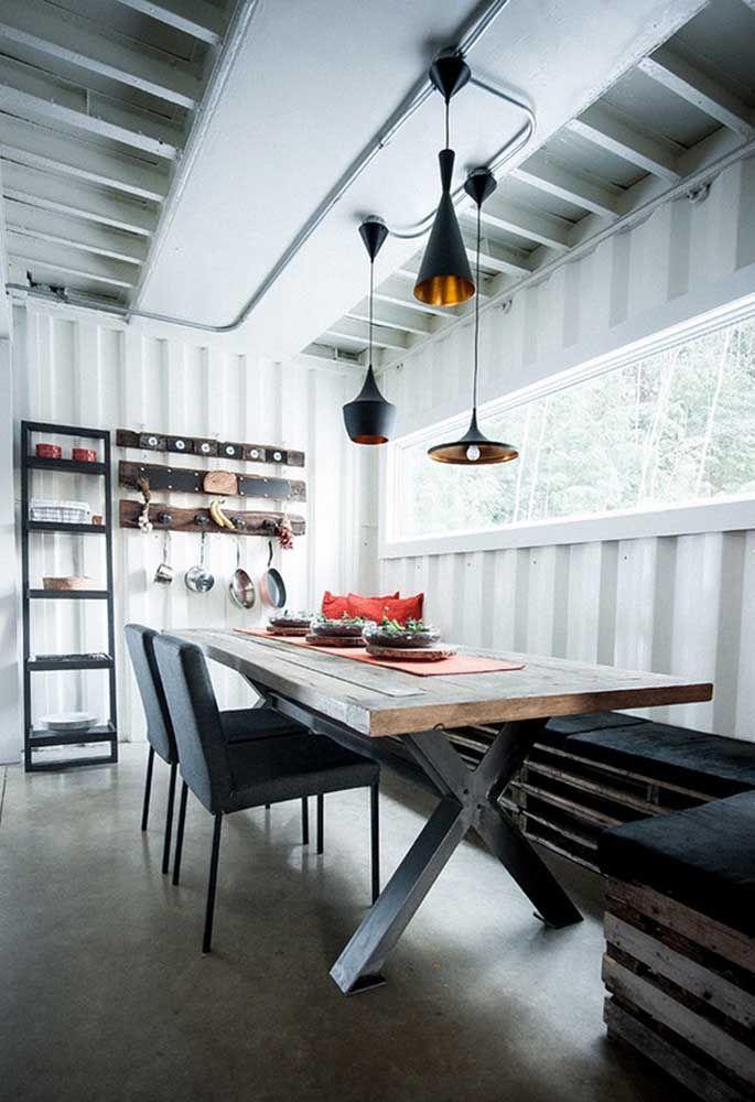 Para deixar o ambiente com o estilo mais rústico, use paletes reciclados como base dos bancos, pedaços de madeira como prateleiras e uma mesa totalmente feita de madeira.