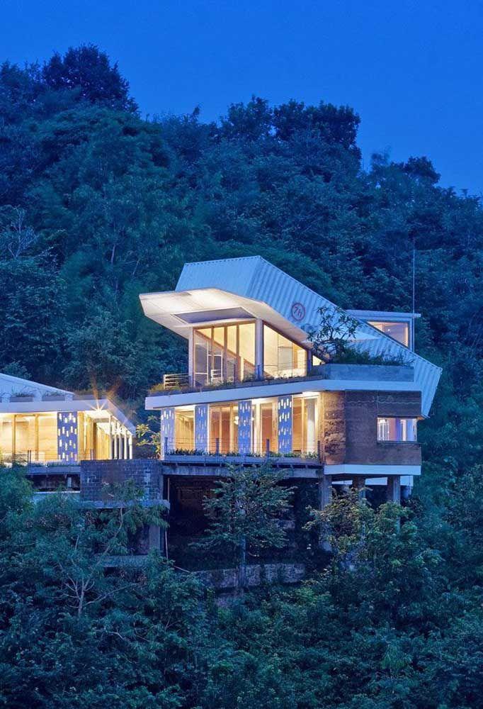 A casa container é uma excelente opção para quem deseja ter uma residência no topo de penhascos ou montanhas.