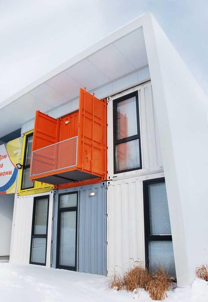 Use a criatividade para construir uma sacada diferenciada na casa container.