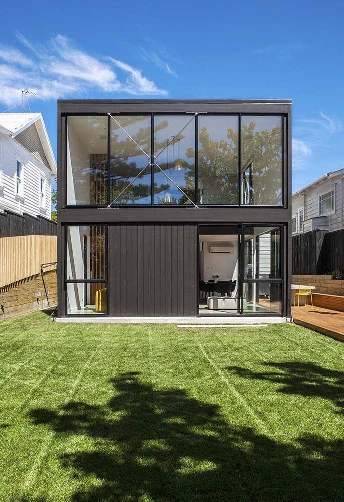 Faça uma casa container com a frente toda de vidro.