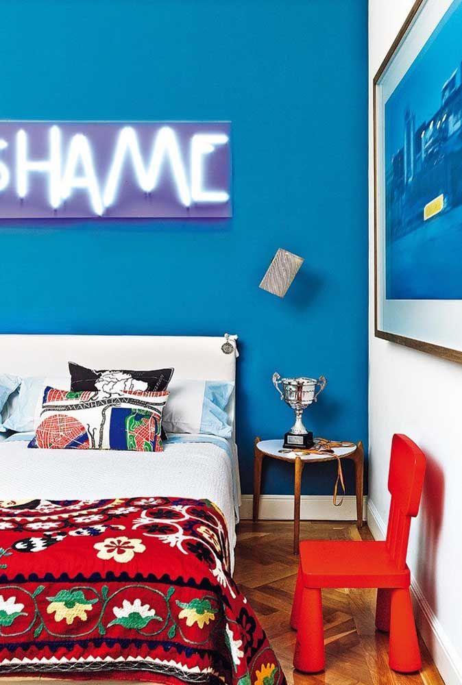 A luz neon é uma ótima opção de decoração para o quarto de adolescente.