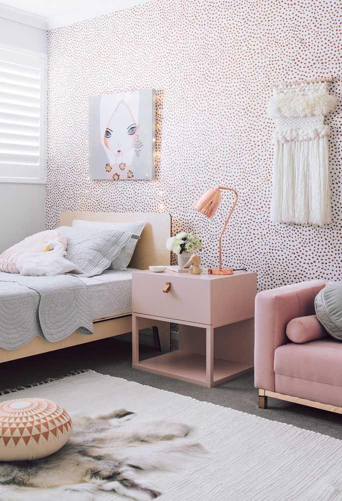 Para as adolescentes românticas, invista em um papel de parede com estampas diferentes, um quadro bem feminino com luzes e peças de artesanatos.