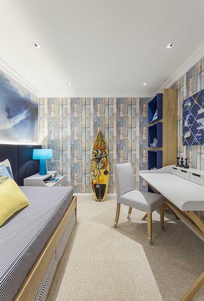 Para o adolescente que curte boas ondas, decore o quarto com o tema surfe. O destaque fica por conta das nuances da cor azul.