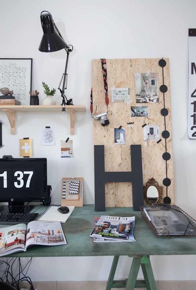 Use materiais reciclados para fazer a mesa de estudo do quarto de adolescente.