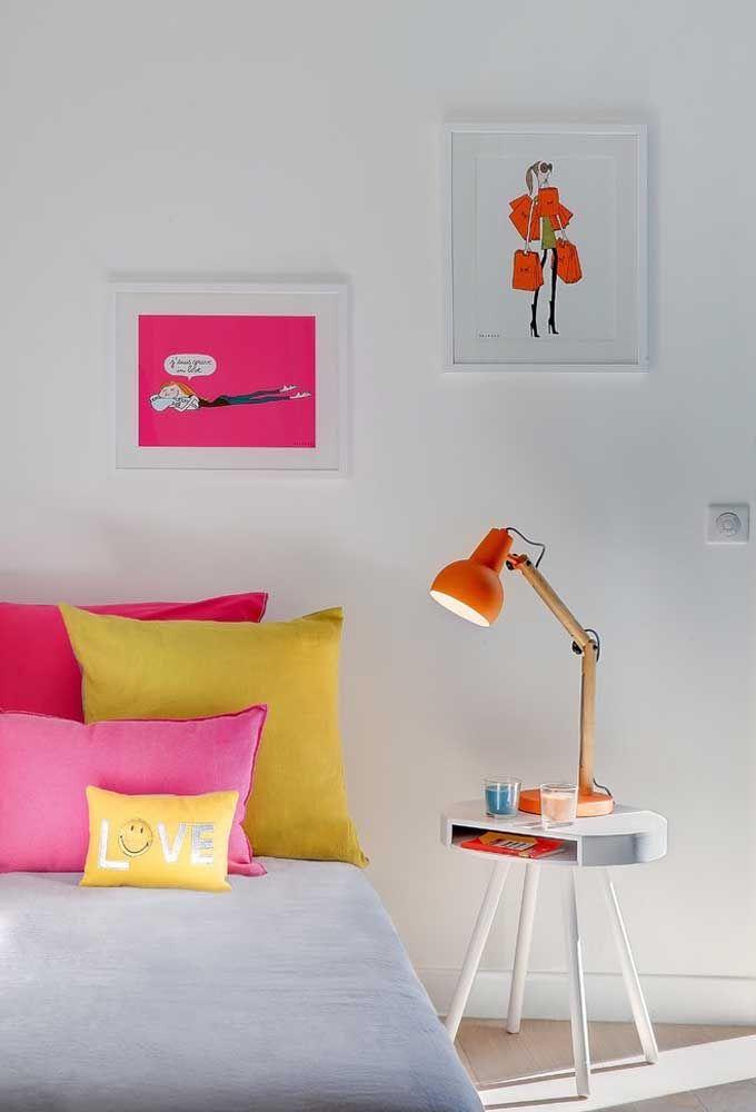 Use cores fortes e chamativas como o pink, o rosa e o amarelo para fazer a decoração do quarto de adolescente feminino.