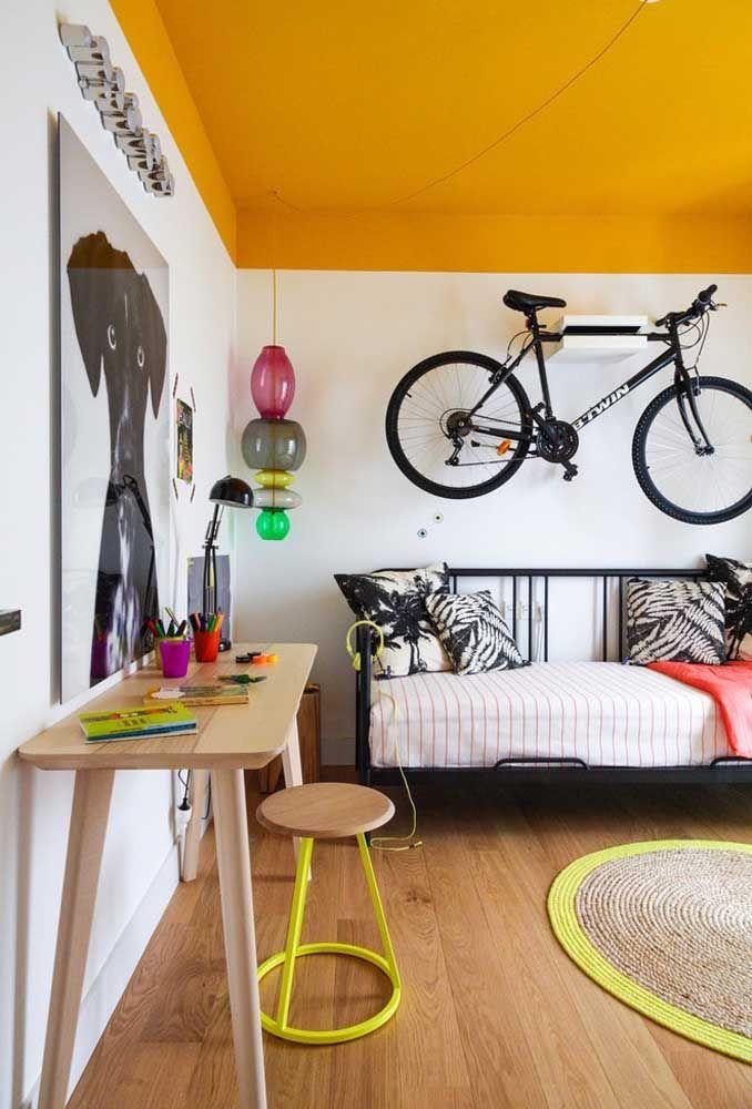 Arranje um cantinho para pendurar a bicicleta. Além de ser algo mais prático, ainda pode servir como peça decorativa.