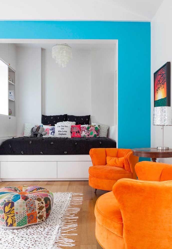 Já pensou em usar a cor laranja nos móveis? Nesse caso, as poltronas combinaram perfeitamente com o restante da decoração.
