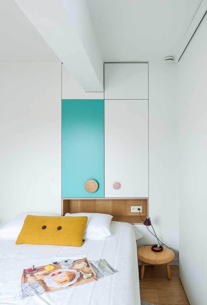 Se o quarto é pequeno, tem que saber organizar o espaço para caber todos os móveis.