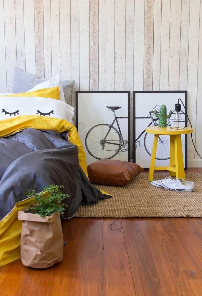 Ao invés de pendurar os quadros na parede, experimente deixá-los em pé no chão, principalmente, nesse caso que a figura é uma bicicleta.