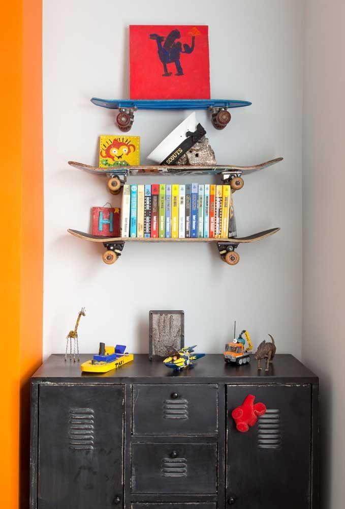 Olha que ideia original de usar os skates que não servem mais e colocar como prateleiras para organização de livros e itens decorativos.