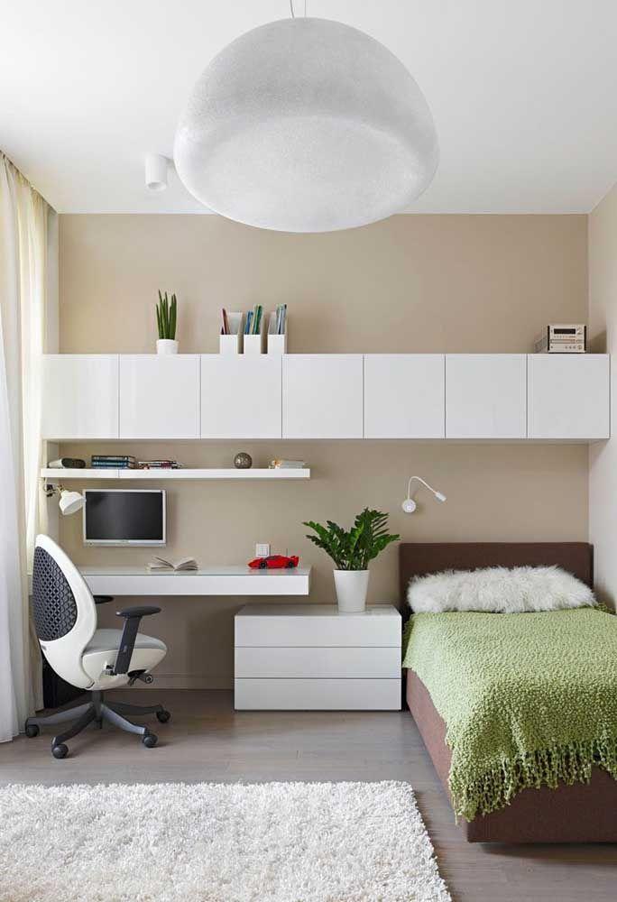 A cor branca é o grande destaque de um quarto de adolescente mais clean.