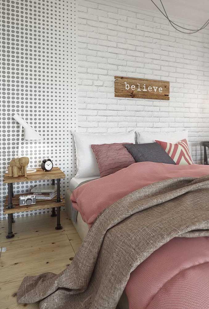 O piso de madeira combina muito bem com a parede de tijolos e mais ainda com a textura do papel de parede.