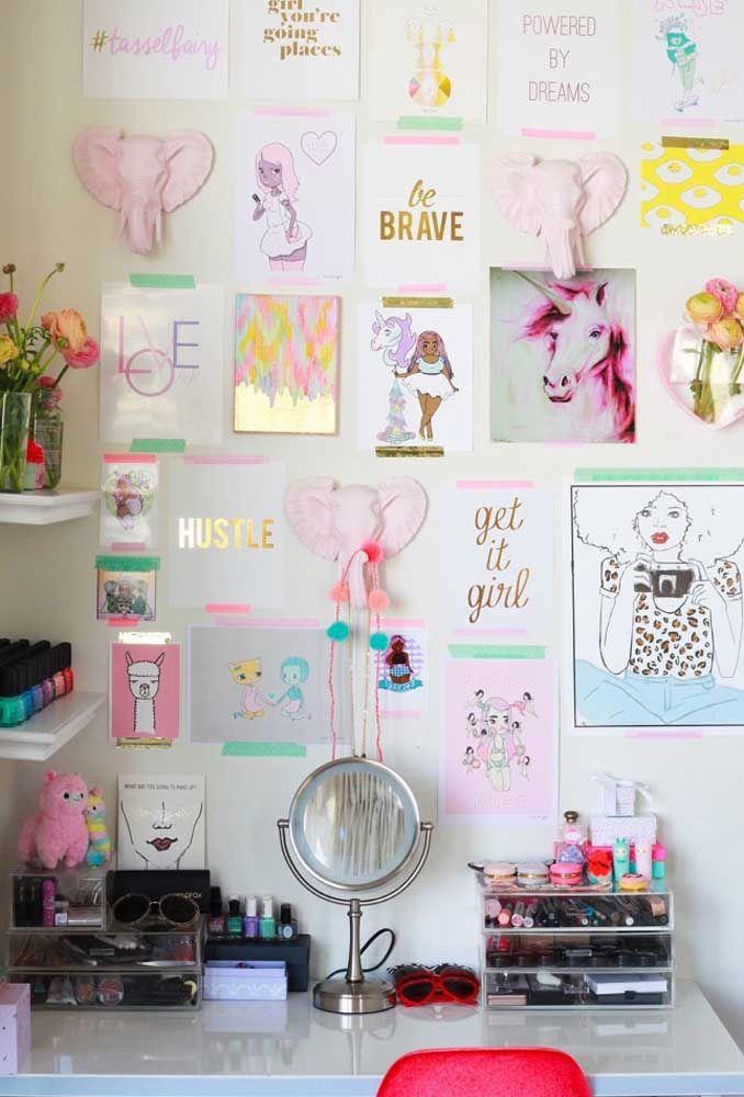 No quarto de adolescente feminino, um painel com frases e fotos é a grande sensação do ambiente. Não se esqueça de reservar um espaço para guardar as maquiagens.