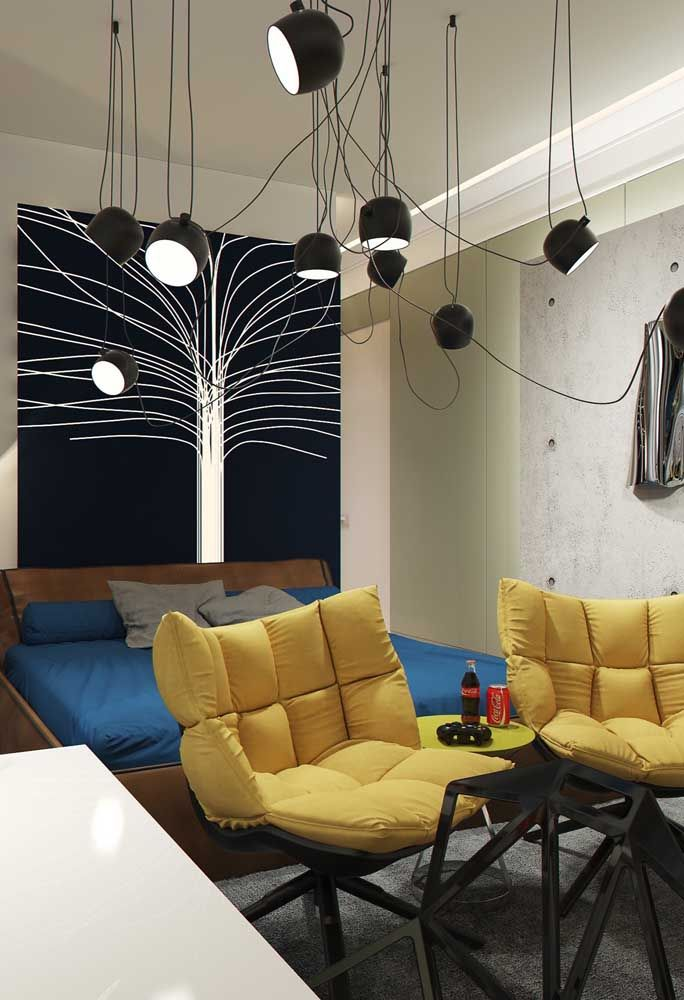 As luminárias estão destacando o desenho da parede do quarto de adolescente.