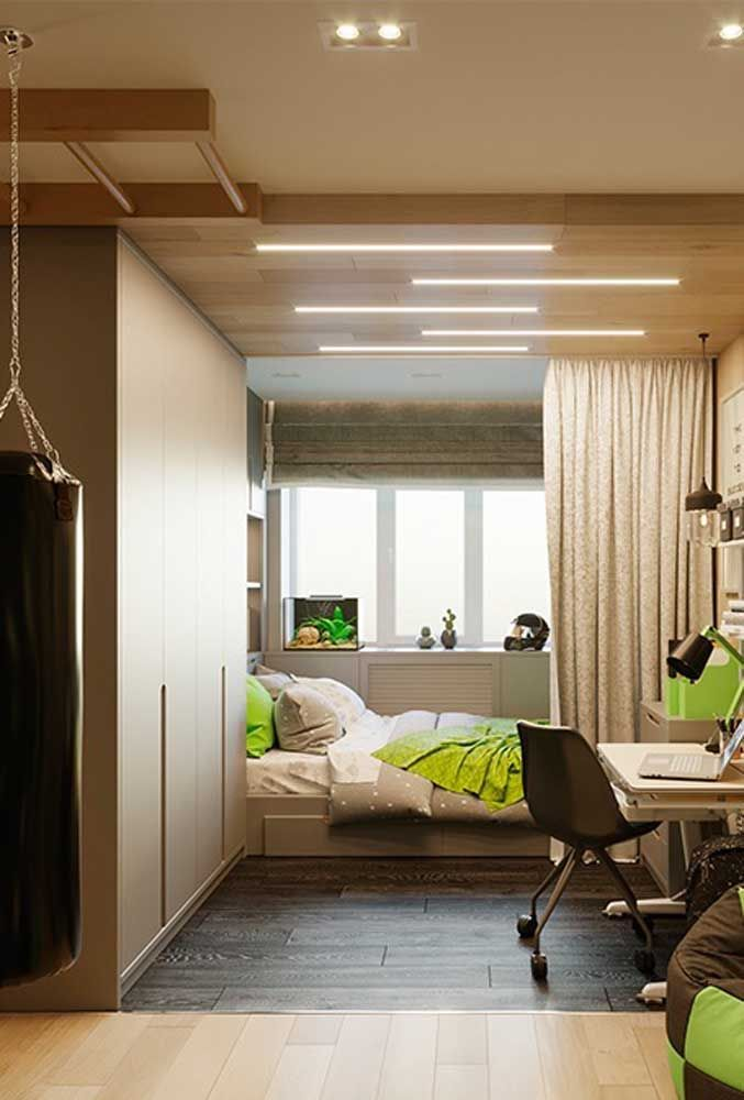 Os detalhes na cor verde destaca a decoração do quarto de adolescente com tons neutros.