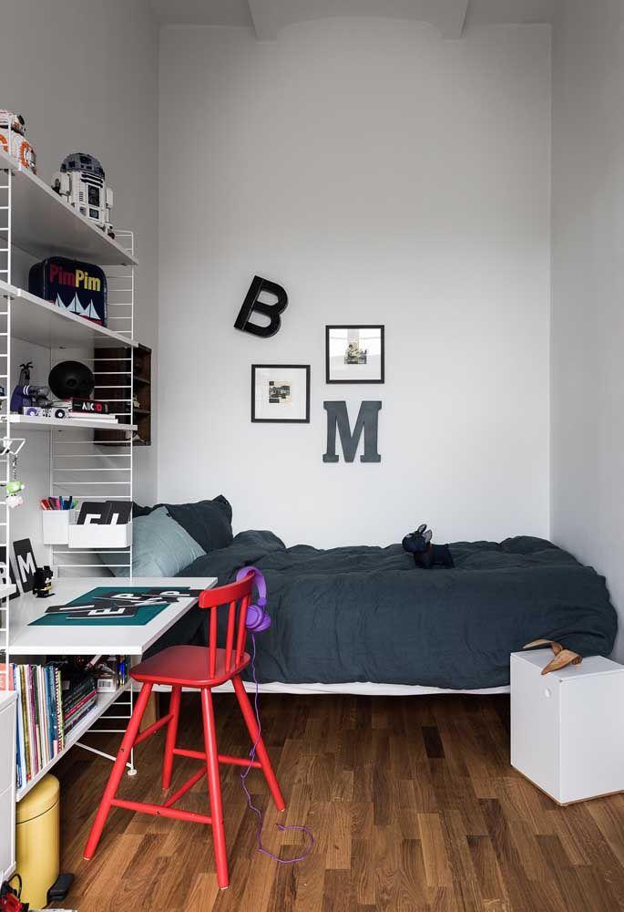 O piso de madeira destaca um quarto de adolescente mais simples.
