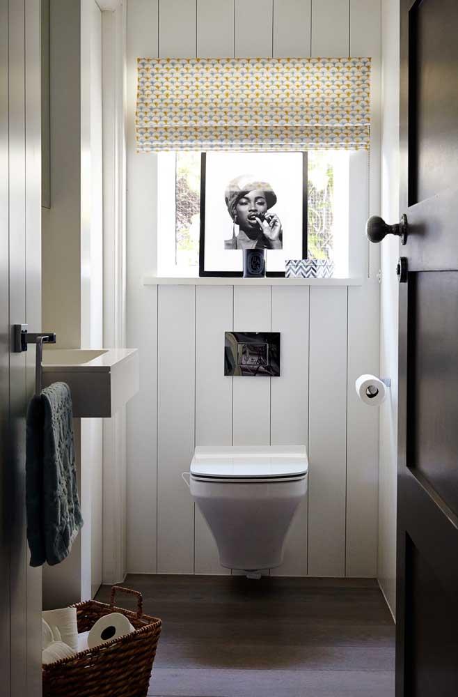 A pequena janela desse lavabo decorado banha o ambiente de luz natural